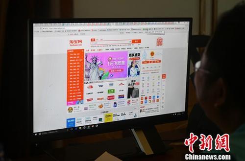 """6月6日,厦门民众正在上网购物。当日,万事达卡公布的""""网络购物调查报告""""显示,在2016年参与网购的中国大陆消费者中,有97.3%的人计划在今年上半年至少进行一次网购。这一数字在亚太地区消费市场中名列榜首,后续市场依次是越南、印度、马来西亚和泰国。 <a target='_blank' href='http://www.chinanews.com/' _fcksavedurl='http://www.chinanews.com/'></p></table>中新社</a><p>  记者 吕明 摄"""